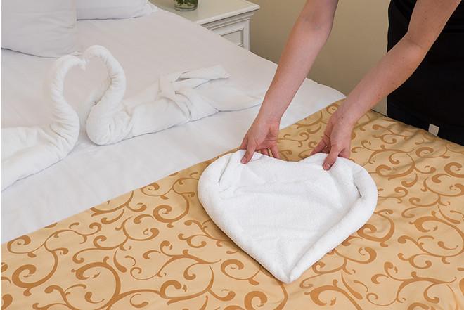 Как сделать сердце из полотенец и лепестков роз